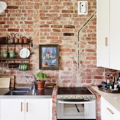 10 ciekawych i inspirujących pomysłów na ścianę z czerwonych cegieł w kuchni