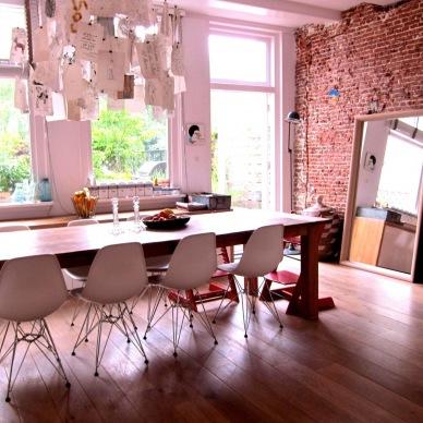 Kreatywna przestrzeń i wygodne rozwiązania w inspirującej nowoczesnej aranżacji z elementami vintage