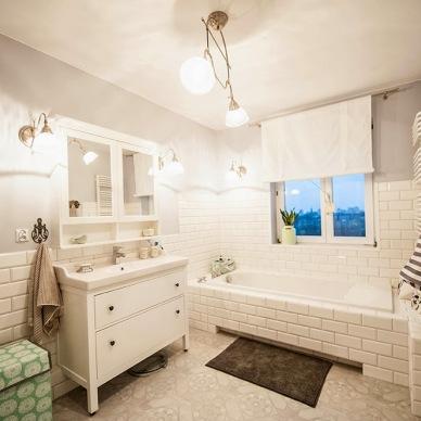 Polskie inspiracje w bieli i szarości, czyli przestronna łazienka w stylu skandynawskim