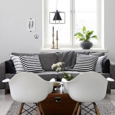 Pokój dzienny z szarą sofą -  dobieramy stoliki,krzesła i dekoracyjne poduszki  na zakupach online !