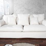 Biała lniana sofa z poduchami