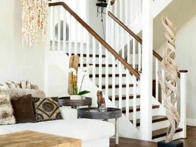 Biało-brązowe schody z drewna.etniczne lampy,stoliki, poduszki   i rzeźby (25170)