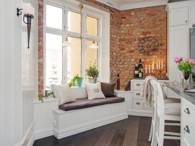 Jak urządzić kuchnię z siedziskiem pod oknem i ścianami z czerwonej cegły ? (20366)
