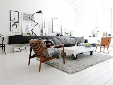 Drewniane fotele,czarna nowoczesna komoda z grafikami i industrialny biały stolik w skandynawskim salonie (25208)