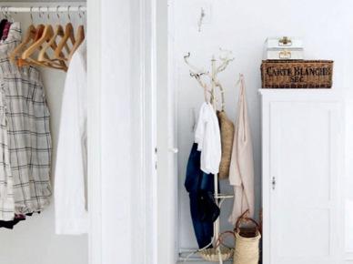 Biały przedpokój z wąsą szafą,wiklinowa skrzynka,wiklinowy kosz z uszami,białay stojący wieszak w przedpokoju (47903)