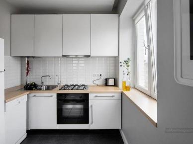 Aranżacja białej małej kuchni - widok z salonu (19610)