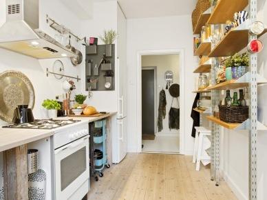 Zamiast szafek kuchennych półki na...