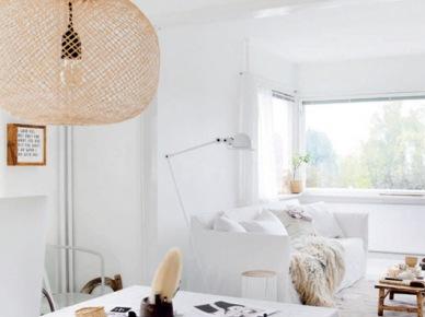Biała aranżacja otwartej przestrzeni salonu z jadalnią z ażurową lampą z bambusa (47901)
