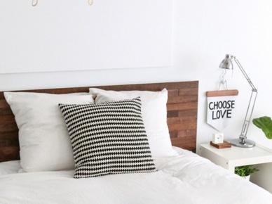 Drewniane łóżko w sypialni (50364)