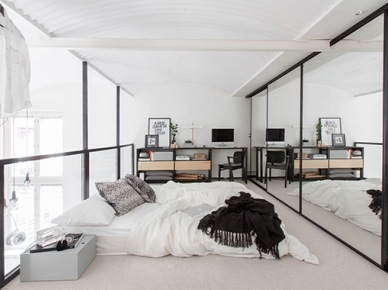 Sypialnia na antresoli z lustrzanymi i szklanymi ścianami (47850)