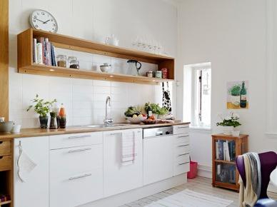 Biała kuchnia z elementami półek i szafek z drewna (20087)