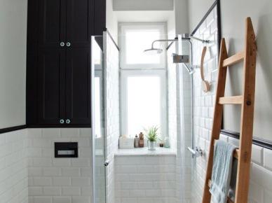 Mała i nieco minimalistyczna łazienka bazuje na podstawowych barwach bieli oraz czerni. Ten zestaw tworzy dość elegancki klimat we wnętrzu. Całość wzbogaca naturalny element w postaci drewnianej drabiny, który służy tu jako wieszak na...
