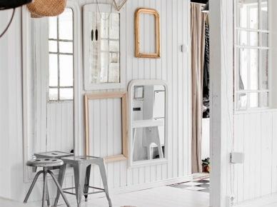 Galeria ram i luster na ścianie z białych desek (22240)