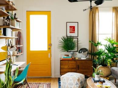 Kolorowe drzwi w aranżacji salonu (47726)