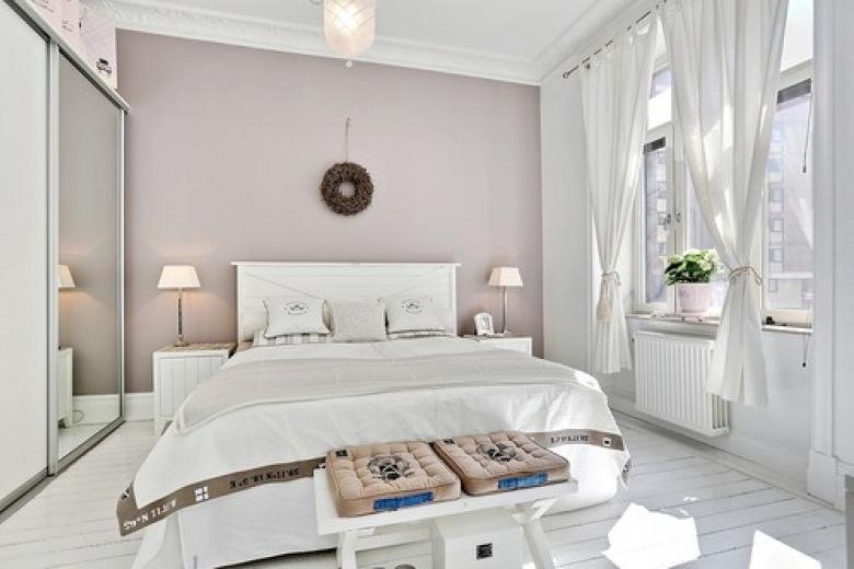 Sypialnia urządzona w stylu prowansalskim, słoneczna i jasna w odcieniach delikatnego beżu.