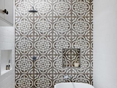 Płytki azulejos jako jedyna ozdoba w białej łazience (48999)