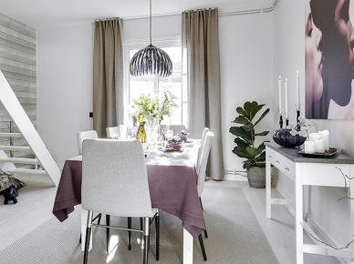 Biała jadalnia ze schodami, białą konsolką i beżowymi zasłonami na oknie (21836)