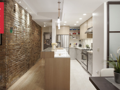 Na klimat kuchni znacząco wpływają czerwone cegły, którymi wyłożono jedną ze ścian w bezpośrednio sąsiadującym przedpokoju. Ich dekoracyjne podświetlenie nawiązuje do tego kuchennego, a to z kolei doskonale wpisuje się w nowoczesny charakter wystroju całego...