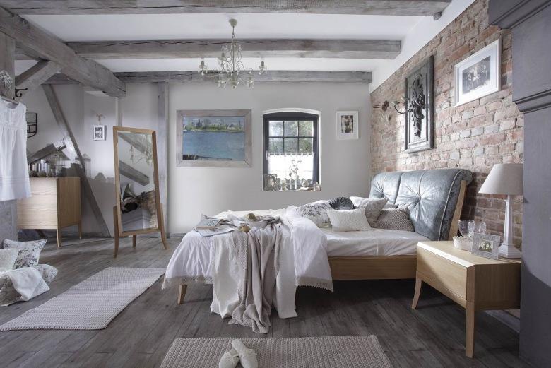 Sypialnia jest bardzo przestronna, co pozwoliło wyeksponować bogactwo aranżacji. Jedną ze ścian wyłożono czerwoną...
