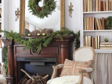 Brązowy kominek ze złotym lustrem w świaąecznej dekoracji z szyszek i gałązek (20671)