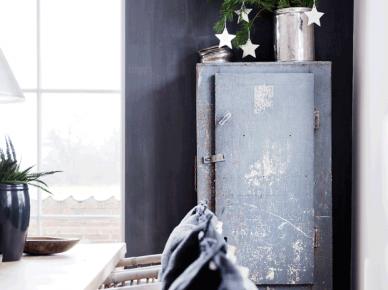 Ciemnoszara ściana w jadani,,szara szafka w stylu vintage,metalowy srebrny pojemnik z zielonymi gałązkami i białymi gwiazdkami (47763)