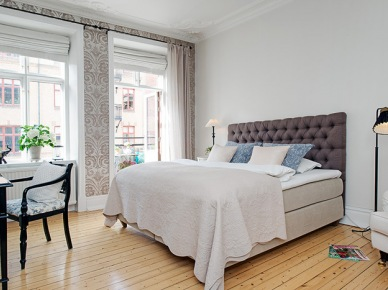 Stylowa tapeta i meble  i białe sztukaterie w sypialni (20370)
