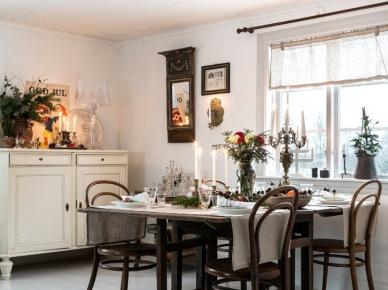 W białej jadalni wigilijny stół z dodatkową mocą zaznacza swój odświętny charakter. Świece i kwiaty wprowadzają do wnętrza subtelny romantyczny nastrój. Prosta zastawa i detale w skromnej wersji wpisują się w wystrój całej...