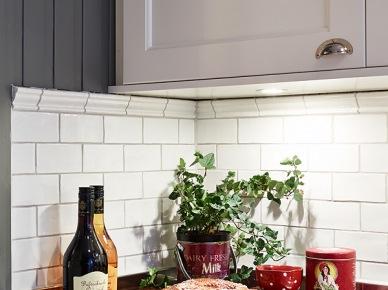 Szara boazeria, białe płytki i czerwone pojemniki  w kuchni (19579)