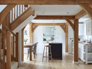 Jasne drewniane belki w kuchni (49022)