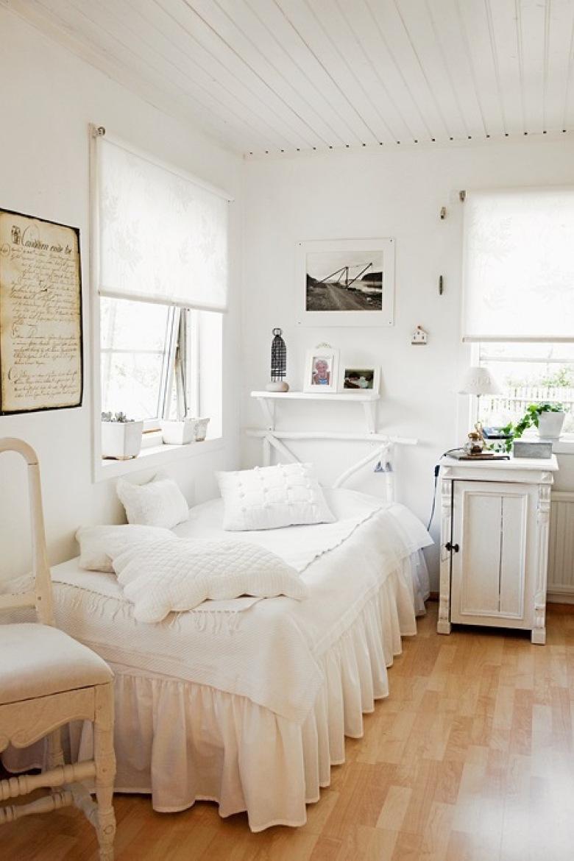 SZWEDZKI MAŁY DOMEK z lat 50-tych cały w bieli, ale w klimacie dawnej Francji .Dlatego są też białe meble ( w tej...