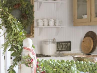 Adwentowy zielony wianek z szyszkami w prowansalskiej  kuchni (20677)