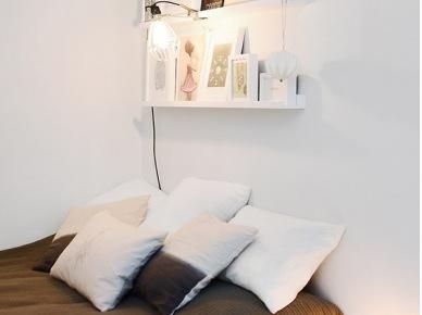 Biała sypialnia z półkami na bibeloty nad łóżkiem (49013)