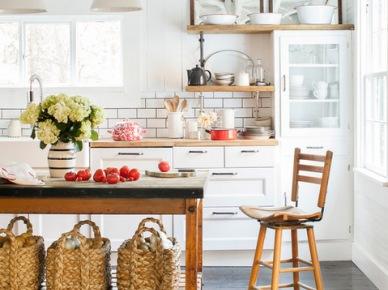 Biała kuchnia z drewnianymi blatami,kuchenną wyspą i metalowymi  lampami (21294)