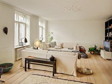 Nowoczesne obrazy,naturalne drewno,tkane dywany i proste witryny w skandynawskim salonie (25402)