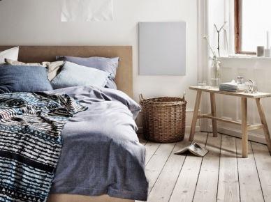 Podłoga z drewnianych sosnowych desek,wiklinowy kosz,drewniana ławka skandynawska,drewniane łóżko,niebieska pościel z lnu (47893)
