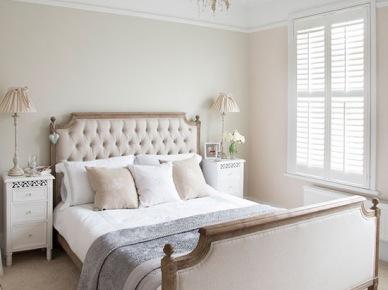 Klasyczna sypialnia z drewnianym łóżkiem z tapicerowanymi bokami w tkaninie (21717)