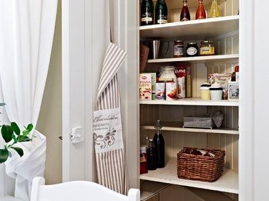 Pomysł na ukrytą spiżarnię w kuchni  - szafka z pólkami we wnęce za drzwiami (21925)