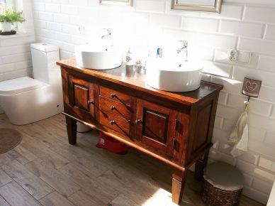 Aranżacja białej łazienki z drewnianymi meblami (47807)