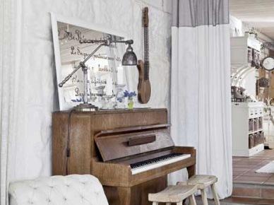 Stylowy szezlong,pianino,bielone tynki,drewniane taborety i industrialna lampka (21482)