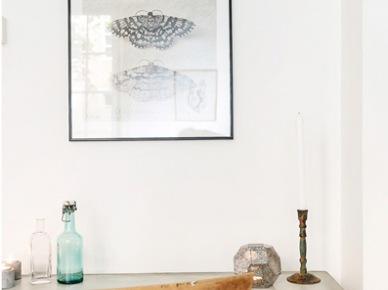 Industrialne biurko na czarnych kozłach i z bielonym blatem vintage,skandynawska grafika na ścianie w domowym biurze (24995)