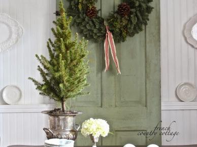 Adwentowy zielony wianek  z szyszkami na turkusowych drzwiach (20673)