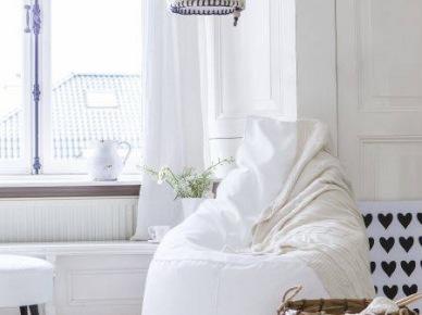Biały fotel, bambusowy kosz i pleciona lampa (20584)
