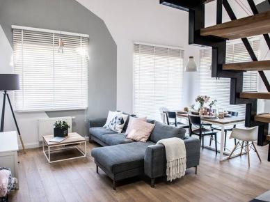 Aranżacja wysokiego salonu z szarą sofą (50089)