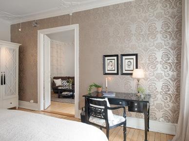 Stylowa , perłowa tapeta z ornamentem w sypialni z czarnym biurkiem (20372)