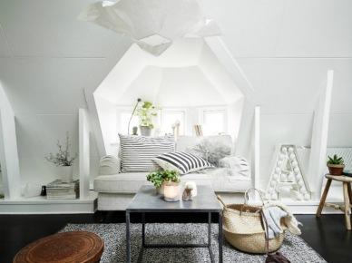 Rustykalne detale w skandynawskim białym salonie na poddaszu (27317)