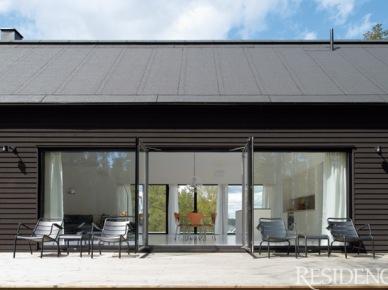 prosty, elegancki domek skandynawski, który urzeka symetrią, przejrzystością i funkcjonalnością - geometryczna bryła w szarej oprawie na zewnątrz - wewnątrz w nieskazitelnej bieli, od sufitu do podłogi, na tle której doskonale prezentują się meble w czerni i naturalnym drewnie. Piękny dom w samym lesie, w zgodzie z natrą i porządkiem rzeczy...