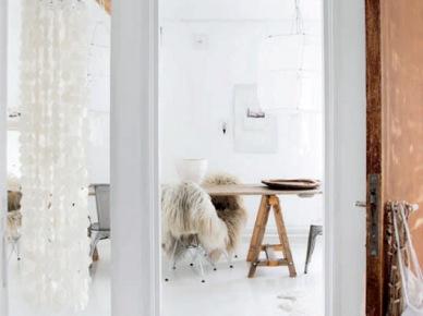 Widok na jadalnię z oryginalną wiszącą lampą z białymi płatkami z masy perłowej,stół na kozłach, (47899)