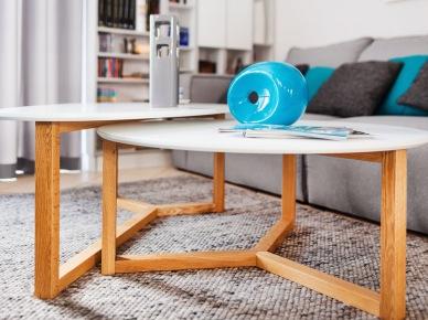 Stoliczki kawowe o drewnianych nogach w widoczny sposób dekorują wnętrze, pełniąc przy tym oczywistą praktyczną funkcję. Prosta i lekka forma podkreśla nowoczesny styl, w jakim urządzono pokój. Szarość i turkus tworzą w salonie bardzo elegancki...