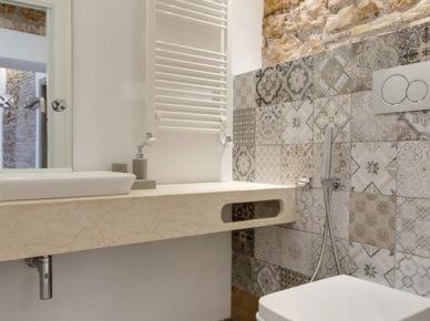 Ciepła łazienka z płytkami azulejos i cegłą na ścianie (48998)