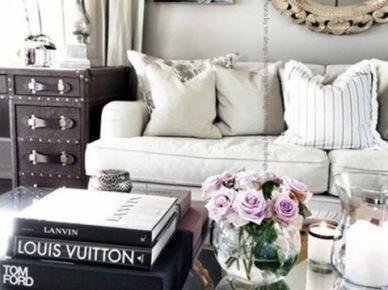 Biała sofa w salonie glamour (50116)